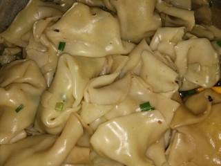 特色小吃,包好了就用开水在下锅煮,边煮就边把碗里的调味料放好,在加一点汤在碗里。等到饺子全都上浮了在煮一两三分钟就可以起锅了。