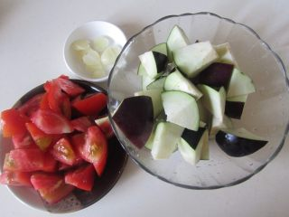 西红柿烧茄子,准备好原材料;