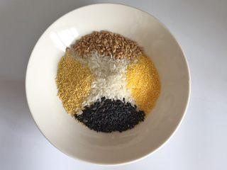 粗粮凤梨炒饭,准备做粗粮饭的食材,根据喜好添加,粗粮和大米的比例为1:4。粗粮比例不宜过高,一来口感不好,而来不易消化。