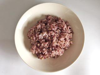 粗粮凤梨炒饭, 粗粮饭食材和水的比例为1:1.4煮成粗粮饭。由于粗粮吸水性好,用水量比平时煮米饭稍多一点即可。
