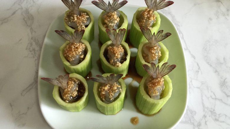 丝瓜酿虾,用勺把调料淋在丝瓜和虾上,放入蒸阁。