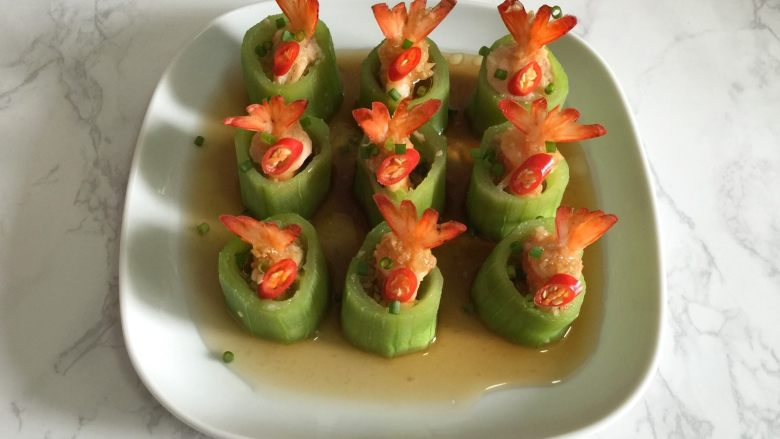 丝瓜酿虾,装饰上红辣椒,撒上葱花,即可享用。