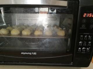红豆沙小餐包,放入烤箱。170度,25分钟即可