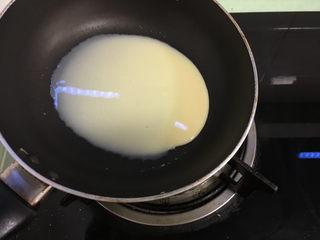 芒果千层蛋糕,根据自己平底锅的大小舀适量面糊,拿到燃气灶上,开小火,平底锅在火上转着将面糊摊匀.
