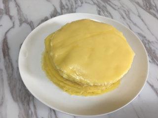 芒果千层蛋糕,将摊好的饼皮放在一个盘子里,摊熟的饼皮这样叠着放也不会粘在一起.