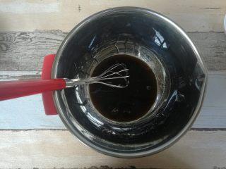 红糖巧克力曲奇,红糖和热水混合搅拌至红糖融化。