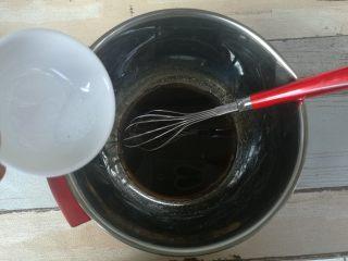 红糖巧克力曲奇,红糖水里倒入玉米油,混合搅拌均匀后,加入盐混合均匀。