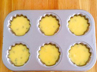 百香果玛德琳,冷藏完毕后取出,用勺子把面糊装入模具内,八分满。(这里用的是学厨的玛德琳模具,刚好一盘6个量,如果非不粘模具要事先做好防粘处理)