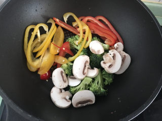大虾披萨,将蔬菜放入锅中煸炒,去掉水份,大虾表面有水份,可以厨房用纸擦干水份。
