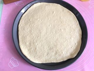 大虾披萨,将擀好的饼皮移到披萨盘里。