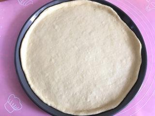 大虾披萨,用手指将饼皮四周按开。