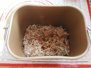 自制肉松(面包机版),肉丝和调味料倒入面包桶里