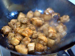 红烧肉,翻炒入味。