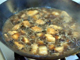 红烧肉,锅中倒入水,刚好盖入五花肉。红烧肉一定要小火慢炖,炖的时间要依照自家的口感而定,我用了1小时。