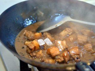 红烧肉,倒入冰糖,收干汁水即可。