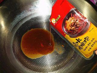 柳州螺蛳粉,另起锅倒少许开水,再加入酸醋包和卤水螺蛳汤包等调料