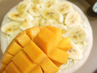 香蕉芒果披萨,把芒果切开,切成丁。