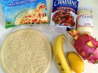 香蕉芒果披萨,准备好需要的食材。(因为觉得水果放的挺多了,后面就选择不再加火龙果)