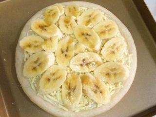 香蕉芒果披萨,把香蕉切片铺上。