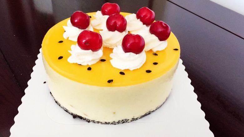 百香果芒果流心慕斯,可以挤上奶油放上水果装饰。