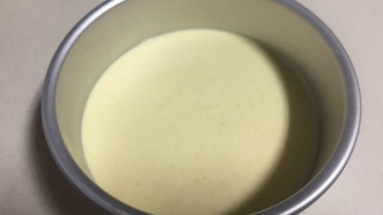 百香果芒果流心慕斯,舀出三分之一慕斯糊放进铺了饼干碎上晃平。
