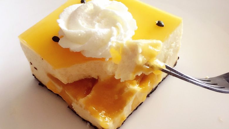 百香果芒果流心慕斯,这个太适合炎炎夏季吃了,不比冰淇淋冷冻保存,吃的时候太凉,慕斯蛋糕只需冷藏保存即可。
