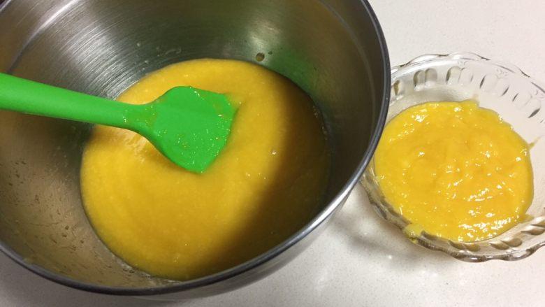 百香果芒果流心慕斯,加入配方中一半的细砂糖打成芒果泥。
