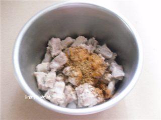 黑椒排骨杂菜锅,调入黑椒碎、麻辣香锅料、盐、酱油、搅拌均匀