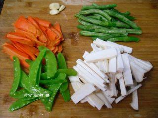 黑椒排骨杂菜锅,所有食材洗净、荷兰豆、四季豆去筋丝、杏鲍菇、胡萝卜切条状,蒜瓣去皮切片