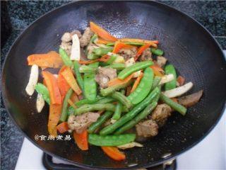 黑椒排骨杂菜锅,煮至汤汁收干,倒入焯好的素菜、调入蚝油翻炒均匀