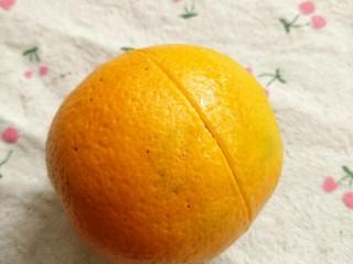 冰橙山药,1.如图橙汁从中间切一圈,大概切到碰到果肉就可以了。