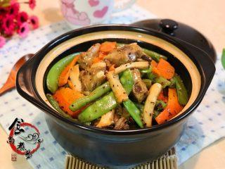 黑椒排骨杂菜锅,成品图