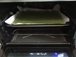 双色蓝莓酱蛋糕卷,烤箱预热好,烤盘放入中层170度烤20分钟左右