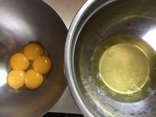 双色蓝莓酱蛋糕卷,低粉提前过筛一次,鸡蛋分离出蛋白和蛋黄,蛋清放入冰箱冷藏