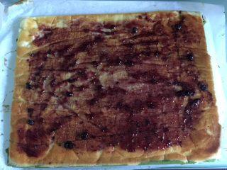 双色蓝莓酱蛋糕卷,均匀地涂抹上蓝莓酱