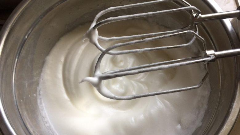 双色蓝莓酱蛋糕卷,再分2次加入砂糖,打发至湿性发泡