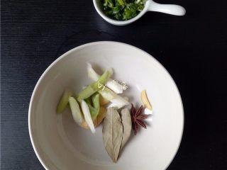 香菇烧肉便当,再备好调料:老姜切片,葱白切段,葱绿切成葱花;备好八角,香叶;