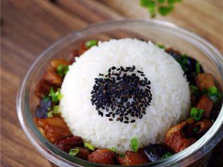 香菇烧肉便当,将米饭倒扣在香菇烧肉饭盒里即可。