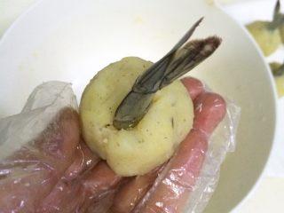 黄金虾球,把虾尾插入土豆虾球中,收好边,捏紧了,10个虾球全部操作完成。