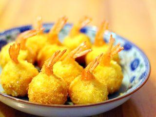 黄金虾球,稍放凉后即可食用。