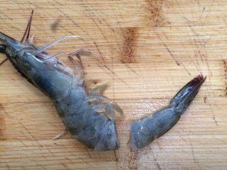 黄金虾球,在虾尾2-3厘米处切断。