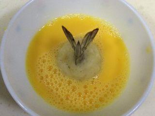 黄金虾球,鸡蛋打散,包好的虾球裹上鸡蛋液。