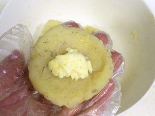 黄金虾球,取一份土豆虾泥压平,在中间放入少许马苏里拉奶酪。