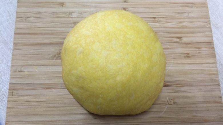 南瓜汉堡包,取出面团揉圆排气