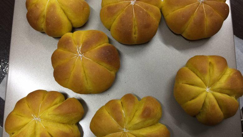 南瓜汉堡包,烤制结束后取出晾凉,凉透后取出棉线