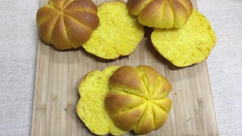 南瓜汉堡包,从中部将面包横切成两部分