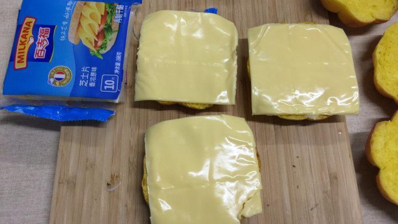 南瓜汉堡包,铺上百吉福奶酪片