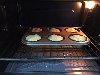 脆皮蓝莓玛芬,放进预热好的烤箱中层,180度,烤制30分钟即可