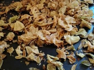 鸡内金黑芝麻薄脆饼,鸡内金用温水清洗2-3遍,然后在太阳下晒干。把晒干的鸡内金在平底锅里用小火焙熟。