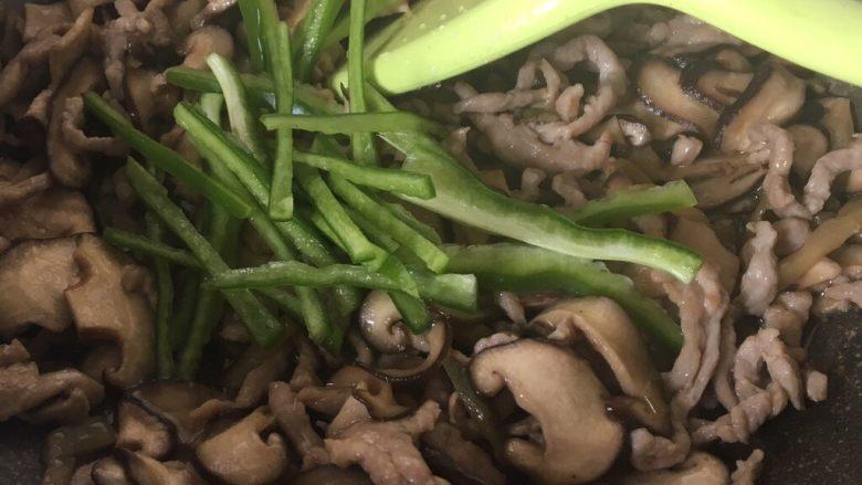 下饭菜香菇榨菜炒肉丝,加入中椒丝翻炒